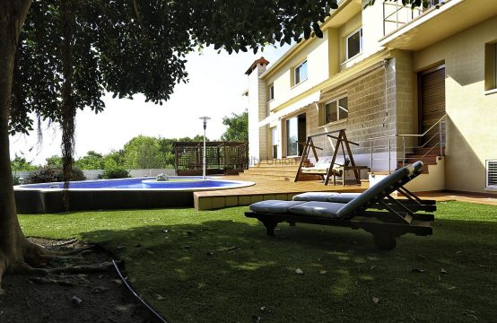 Chalet con piscina y vistas en Santa Barbara Sitges