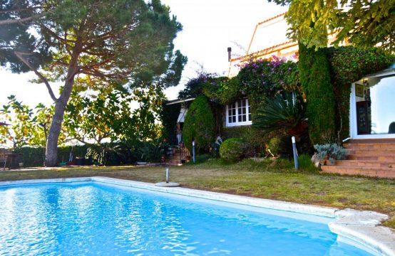 Chalet adosado con piscina privada y vistas en Calella