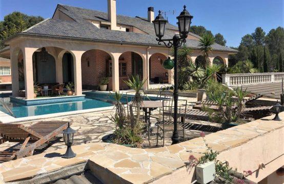 Espectacular mansión en Corbera de 400 m2.  en solar de 7.000 m2, terrazas, jardines, piscina y pista de tenis
