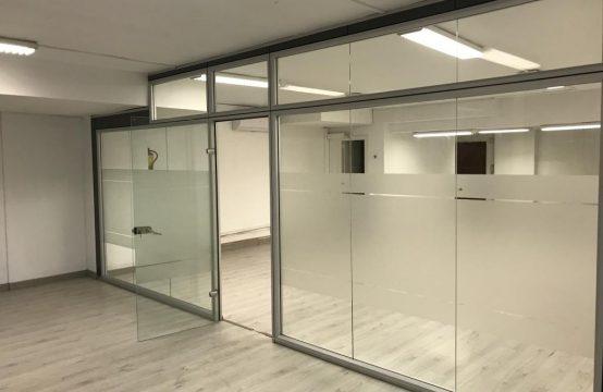 Oficina con grandes ventanales